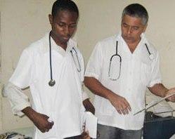 Médicos cubanos y haitianos trabajan juntos en hospitales de campaña