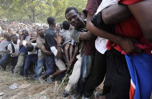 Haitianos luchan por permanecer en fila para obtener ayuda que reparte en Puerto Príncipe la 82 división aerotransportada de Estados UnidosFoto Ap