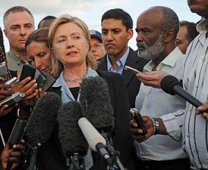 Hillary Clinton en una rueda de prensa en Haití. Foto: AFP