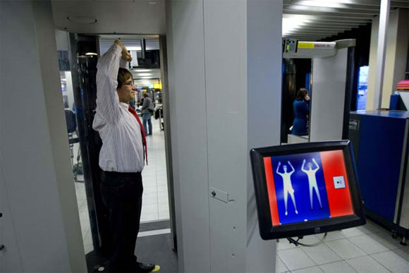 Hombre se expone a Scanner Corporal