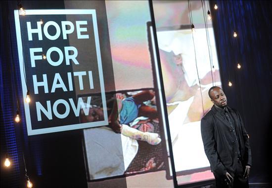 Fotografía cedida por MTV hoy, viernes 22 de enero de 2010, en la que se observa al cantante de origen haitiano Wyclef Jean durante la Telemaratón de Solidaridad con Haití en Los Ángeles, California (EEUU). EFE/EVAN AGOSTINI/HOPE FOR HAITI NOW/MTV/
