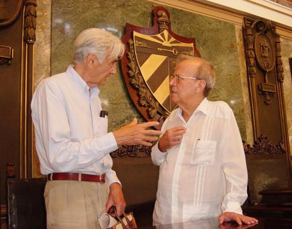Howard Zinn con el Presidente del Parlamento cubano Ricardo Alarcón. Foto: La Jiribilla.