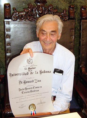 Howard Zinn recibe el Título de Doctor Honoris Causa de la Universidad de la Habana.