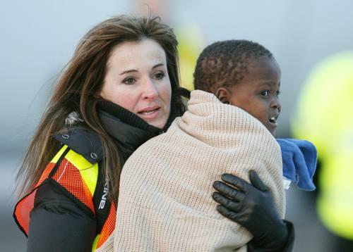 Llegada de un huérfano haitiano a la ciudad canadiense de Ottawa. Foto Reuters
