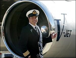 Foto del 12 de julio 2002 donde aparece  John Travolta junto a uno de los motores de su jet personal después de llegar a Sydney, Australia. Foto: AP