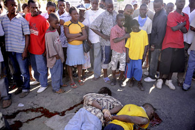 Estos dos jovenes haitianos fueron abatidos ayer a tiros por la policía, tras ser sorprendidos robando. - EFE