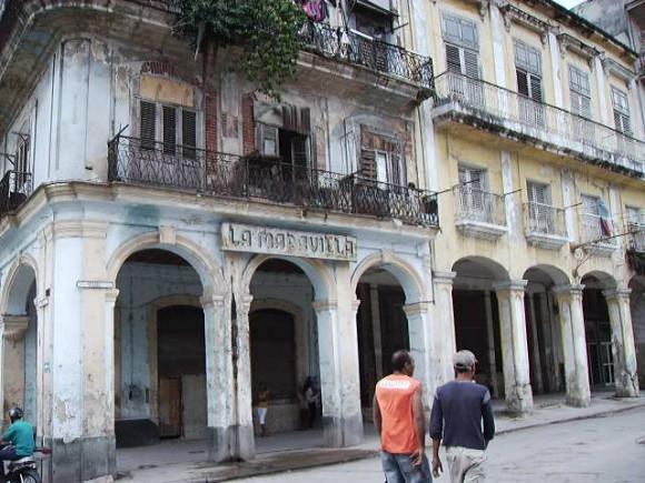 "Antiguo restaurante ""Las Maravillas"", frente a la Plaza del Cristo, en La Habana Vieja."