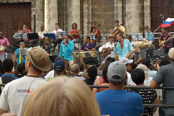 Omara Portuondo canta junto a Leonid Agutin y Maraca en la plaza de la Catedral. Cuba. Foto: 10K