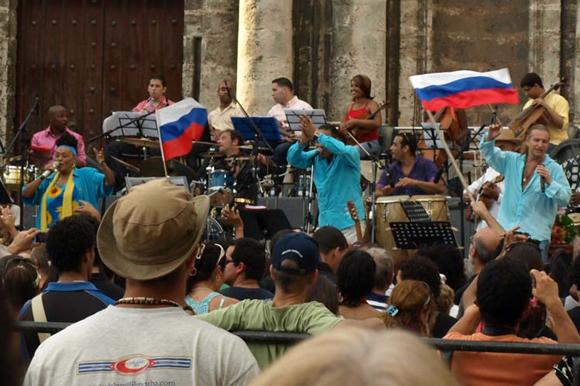 Omara Portuondo canta junto a Leonid Agutin y Maraca en la plaza de la Catedral, Cuba. Foto: 10K