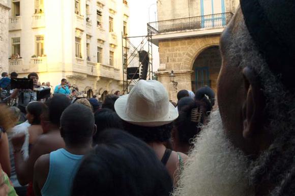 Disfrutan los cubanos del concierto del rey del pop ruso Leonid Agutin y el músico cubanos Maraca en la plaza de la Catedral, en la Habana. Cuba: Foto: 10K