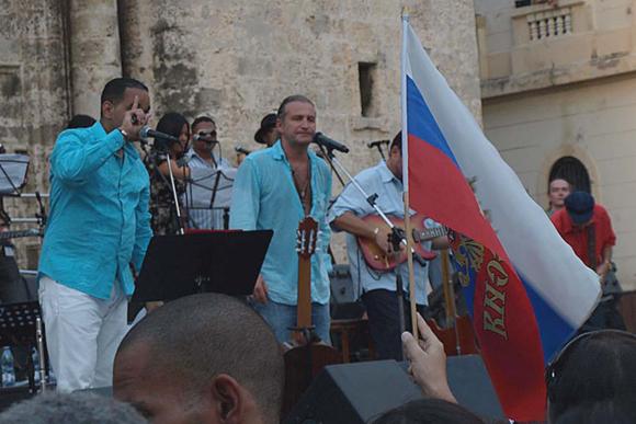 Concierto del rey del pop ruso Leonid Agutin y el músico cubanos Maraca en la plaza de la Catedral, en la Habana. Cuba: Foto: 10K