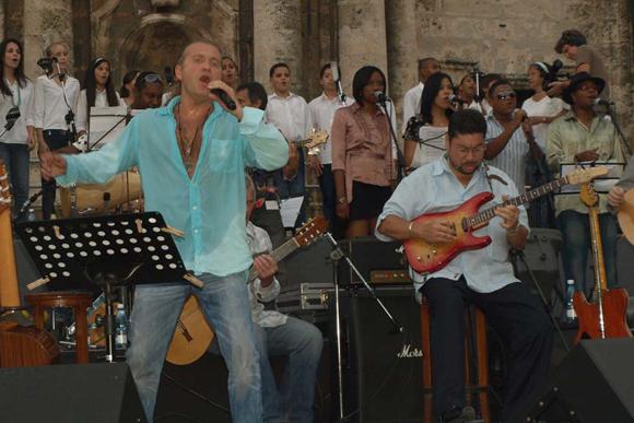 Concierto del rey del pop ruso Leonid Agutin y el músico cubano Maraca en la plaza de la Catedral, en la Habana. Cuba: Foto: 10K