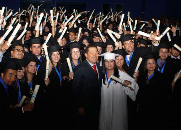 El presidente Chávez con un grupo de jóvenes recién graduados. Prensa Miraflores