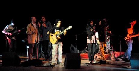 Los integrantes de La Trovuntivitis en la primera noche del Longina 2010. (Foto Carolina Vilches)