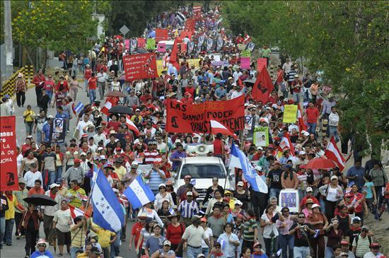 Seguidores del Presidente Manuel Zelaya Foto: EFE