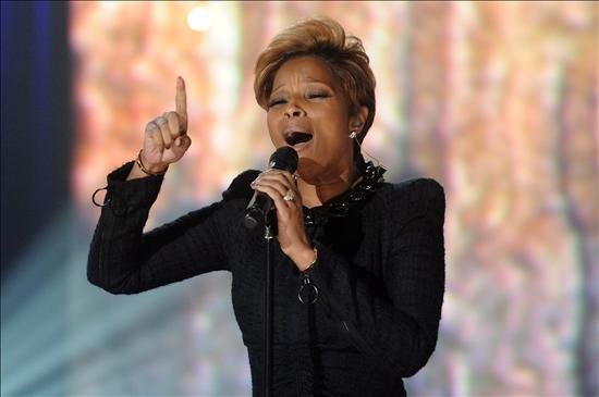 Fotografía cedida por MTV hoy, viernes 22 de enero de 2010, en la que se observa a la cantante estadounidense Mary J. Blige al presentarse durante la Telemaratón de Solidaridad con Haití en Los Ángeles, California (EEUU). EFE/EVAN AGOSTINI/HOPE FOR HAITI NOW/MTV