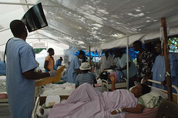 Médicos cubanos en el hospital Saint Michel Jacmel, del departamento Sudeste en Haití, montando un hospital cubano de campaña recien llegado de Cuba. AIN Foto: Juvenal BALAN /Periódico Granma /Enviado Especial