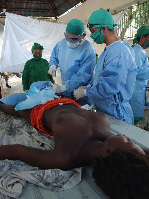 Los médicos asisten a los pacientes con secuelas del terremoto del pasado 12 de enero en Puerto   Principe, Haití. Centre Hospitalier Renaissance, el 16 de enero de 2010. AIN Foto: Juvenal BALAN /Periódico Granma /Enviado Especial