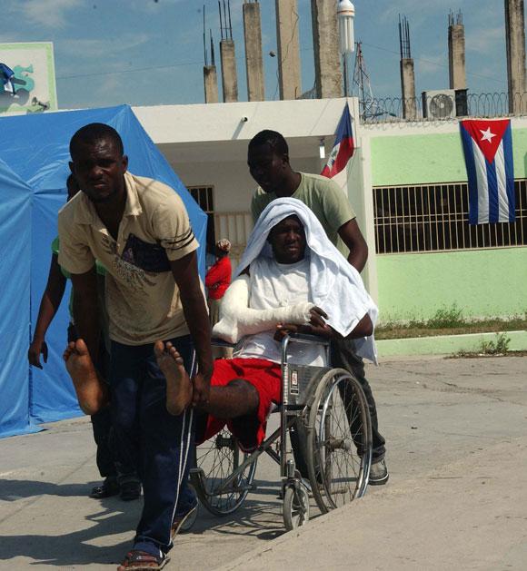 Personas heridas son atendidas por médicos cubanos en el Hospital del Seguro Social I Ofatma en Puerto Principe, Haití. AIN Foto: Juvenal BALAN /Periódico Granma /Enviado Especial