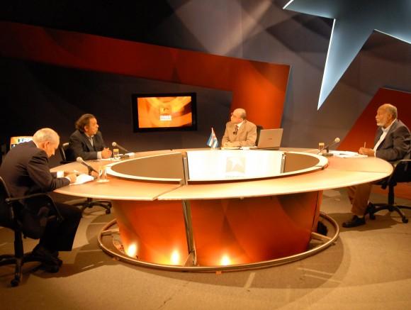 Mesa Redonda Informativa del 26 de enero de 2010: De izquierda a derecha, Reinaldo Taladrid, Jorge, Randy Alonso (director) y Esteban Morales.