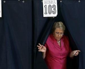 """SANTIAGO (CHILE) 17/01/2010.- La presidenta chilena, Michelle Bachelet, votó hoy, domingo 17 de enero de 2010, en un colegio de Santiago, donde animó a los ciudadanos a sufragar temprano y a esperar los resultados """"con tranquilidad"""" para """"demostrar una vez más la capacidad democrática y cívica de Chile"""".Un total de 8.285.186 ciudadanos podrán votar este domingo para elegir al sucesor de Bachelet, que no puede optar a un segundo mandato consecutivo y dejará el poder el próximo 11 de marzo con un índice de popularidad del 80 por ciento. EFE/Danny Alveal"""
