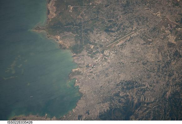 Fotografiado desde la Estación Espacial Internacional en órbita a una altitud de 211 millas, esta imagen de la Port-au-Prince zona de Haití del 22 de enero se centra en el área que fue severamente dañado por el terremoto de magnitud 7,0 el 12 de enero. Los buques pueden ser fácilmente delineados en el puerto. La única pista de aterrizaje del aeropuerto, gravemente dañado por el terremoto, se ve cerca del centro de la imagen. Foto: NASA