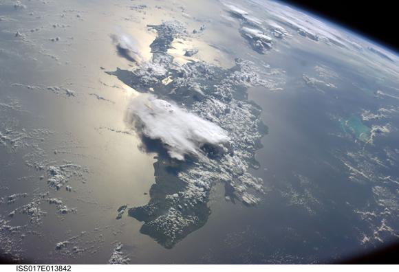 Una visión serena de una parte de las islas de las Antillas Mayores en el Mar Caribe. La isla donde se ubica Haití está en primer plano. La foto fue tomada por la Expedición 17 a bordo de la tripulación de la Estación Espacial Internacional el 19 de agosto de 2008 con una lente de 28 mm.
