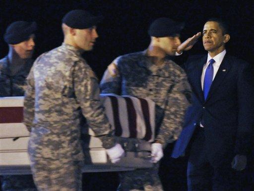 El 29 de octubre, Obama asistió a la llegada a la base de Dover (Delaware) de militares de EEUU muertos en Afganistán. - AP Photo/Susan Walsh