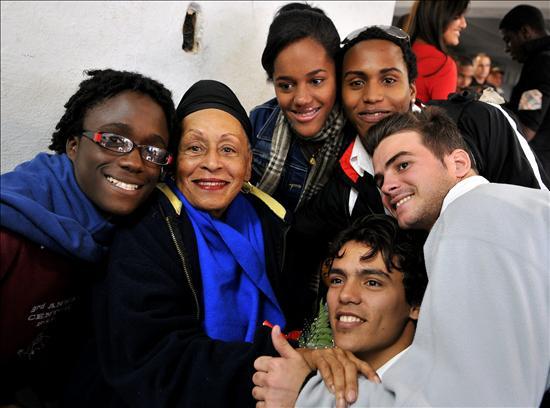 Omara y jóvenes músicos (Foto: Alejandro Ernesto, AFP)