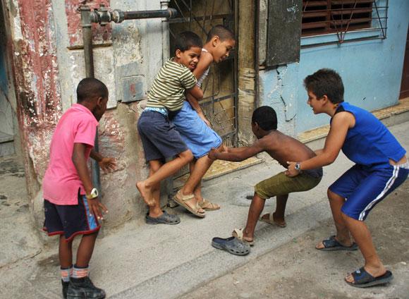 Niños juegan en las calles. Mataperreando