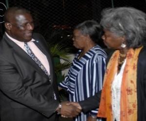 Stephenson King (I), primer ministro de Santa Lucia, visita la Asociacion Caribeña, en Ciudad de La Habana, el 6 de enero de 2010. AIN FOTO/Marcelino VAZQUEZ HERNANDEZ