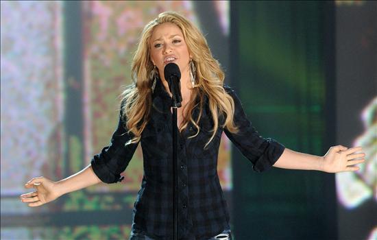 Fotografía cedida por MTV hoy, viernes 22 de enero de 2010, en la que se observa a la cantante colombiana Shakira al presentarse durante la Telemaratón de Solidaridad con Haití en Los Ángeles, California (EEUU). EFE/EVAN AGOSTINI/HOPE FOR HAITI NOW/MTV
