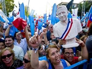 La derecha chilena celebra con un busto de Pinochet. Foto: AFP Photo