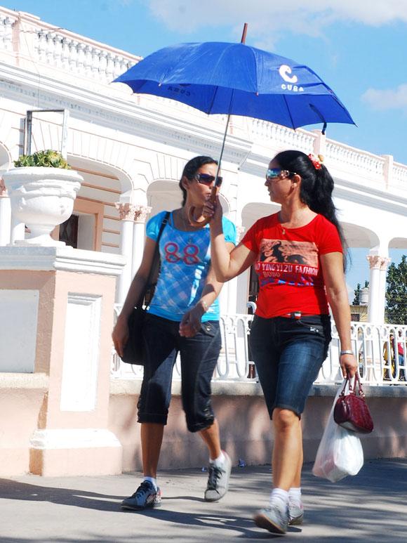 Dos muchachas recorren las inmediaciones de la ciudad, por el parque Vicente García, en la provincia de Las Tunas, el 8 de enero de 2010. AIN Foto/Yaciel Peña de la Peña