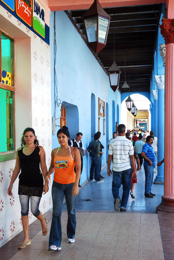 Habitantes tuneros en el ir y venir por las calles de la ciudad, en la provincia de Las Tunas, el 8 de enero de 2010. AIN Foto/Yaciel Peña de la Peña