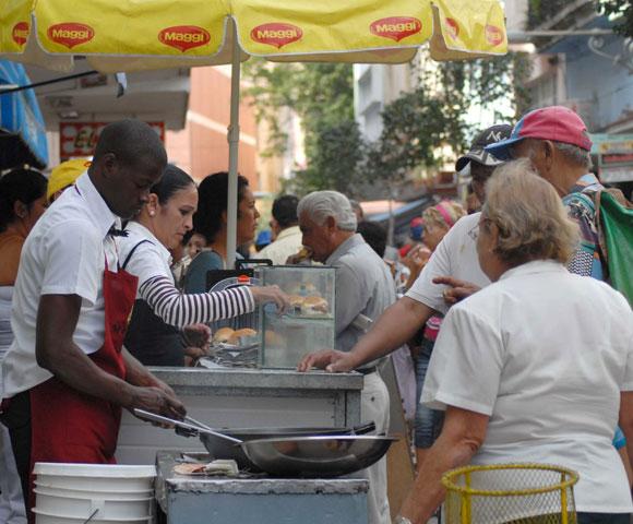Servicios gastronómicos en el bulevar de San Rafael, en Centro Habana, en la provincia de Ciudad de La Habana, Cuba. AIN Foto: Oscar ALFONSO SOSA