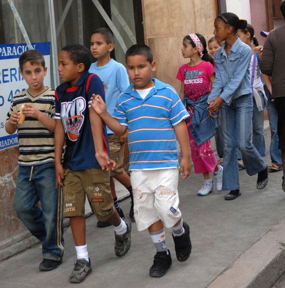Niños caminando por la calle Neptuno de Centro Habana, en Ciudad de ...