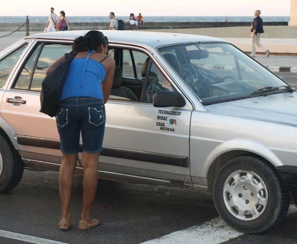 """Cubanos a la espera de su """"botella"""". Fotos: 10k"""