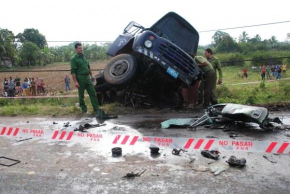 Restos de accidente de tránsito que se produjo en las primeras horas de esta mañana en la carretera a San Juan y Martínez, al colisionar una rastra con un camión. Pinar del Río, 01 de febrero de 2010. AIN FOTO/Abel PADRON PADIILLA