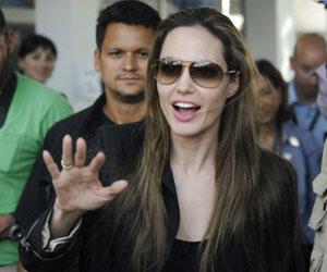 La actriz estadounidense Angelina Jolie sonríe durante una visita a la Misión de Estabilización de la ONU en Haití. Foto AFP