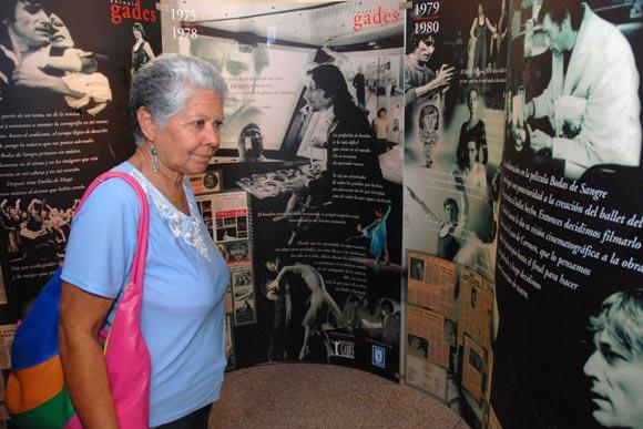 Pinareños asisten a la inauguración de la exposición gráfica de Antonio Gades, 50 años de danza española, que tuvo lugar en el museo provincial de Historia de la ciudad de Pinar del Río, el 03 de febrero de 2010. AIN Foto: Abel Padrón Padilla
