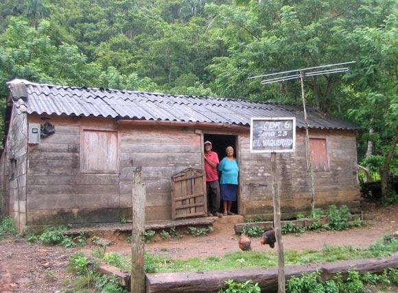Campesinos de la sierra contemplan nuestro andar cerca de su hogar. Foto: Kaloian