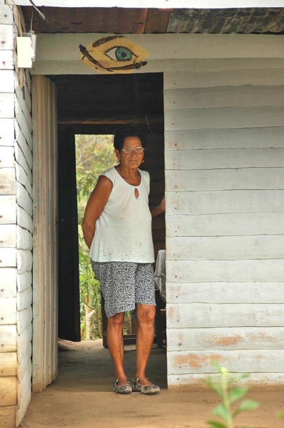 Desde su casa, una mujer observa nuestros pasos por la Sierra. Foto: Kaloian