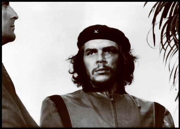El Che, en el homenaje a las víctimas de La Coubre. Foto: Korda