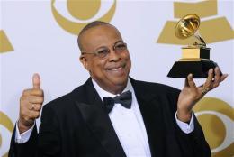 """Chucho Valdés posa tras ganar el Grammy al mejor álbum de latin jazz por """"Juntos para siempre"""", que grabó con su padre Bebo, el domingo 31 de enero del 2010 en Los Angeles. (AP Foto/Mark J. Terrill)"""