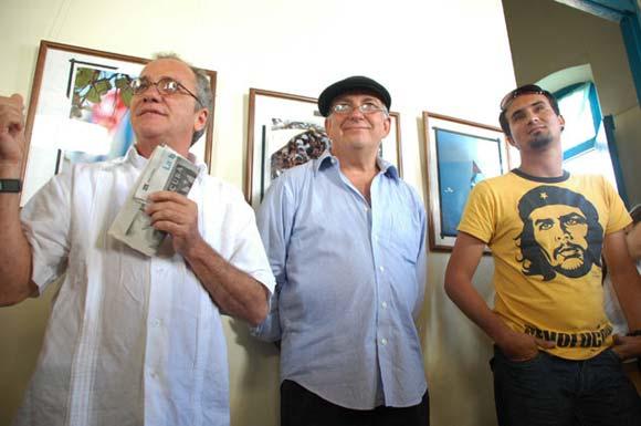 """(I) José Miguel González Jiménez, director de la galería, (C) José Alejandro Rodríguez, periodista de Juventud Rebelde, (D) Kaloian Santos. Inauguración en el municipio de Colón de la exposición """"Cincuenta veces Cuba"""""""