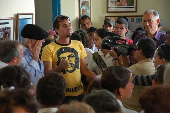 Kaloian Santos habla a los presentes en la inauguración de la exposición Cincuenta veces Cuba