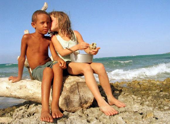 Niños juntos a la orilla del mar. Foto: Kaloian