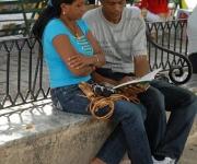 Cubanos leen en los parques, calles y bibliotecas. Antes, durante y después de cada Feria del Libro. Fotos jamp