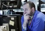 El especialista bursátil Peter Giacchi observa las pantallas con los precios de las acciones, en la Bolsa de Valores de Nueva York, el jueves 4 de febrero del 2010 (AP Foto/Richard Drew)